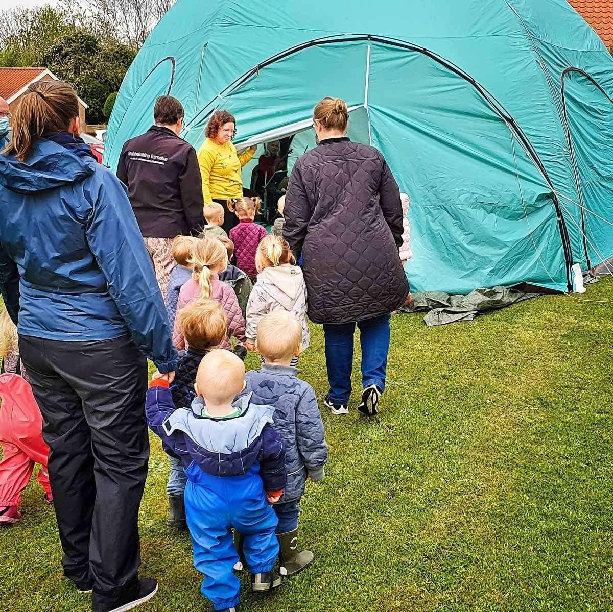 Børn ved telt. Foto Bjørn Meldgaard
